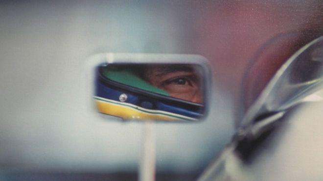 Senna pelo retrovisor do seu carro em Suzuka, no GP do Japão, em 1991, onde venceria o seu terceiro título mundial.