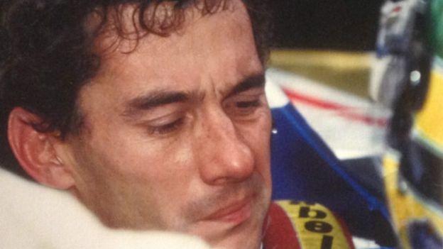 Senna raramente estava sem o capacete na linha de partida. Ercole Colombo fotografou o piloto poucos momentos antes da partida do seu último grande prémio. Normalmente concentrado, Senna aparece inquieto