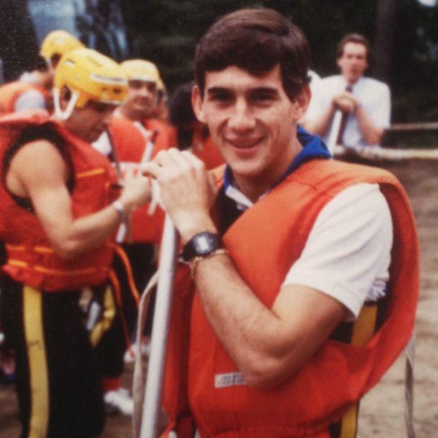 Em jovem, apoiado num remo, a prepara-se para fazer rafting, no Canadá. Era uma forma de relaxar da tensão do GP de Montreal, em 1984, o seu ano de estreia na F1