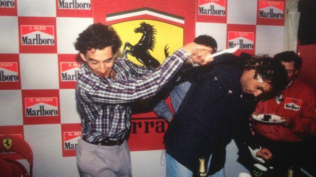 Dentro da box da Ferrari, durante o GP da Bélgica, em 1992, Senna a atirar bolo na cara do aniversariante, Gherard Berger, piloto austríaco e seu grande amigo.