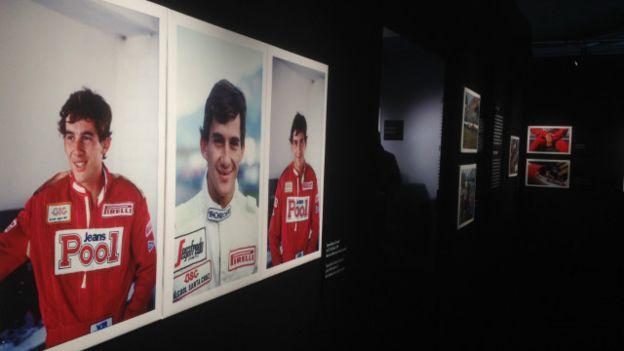 A mostra em Monza refaz os primeiros passos do tricampeão mundial. Na imagem, aos 24 anos, estreia-se no GP do Brasil, em 1984. A prova foi no circuito de Jacarepaguá e abriu a época.