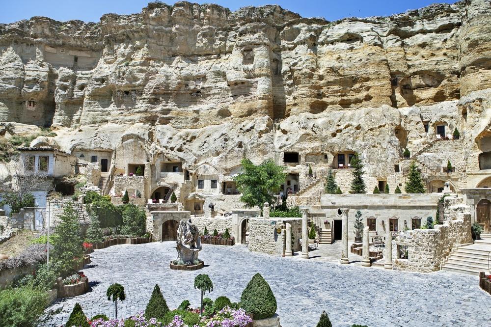 hotel esculpido numa montanha