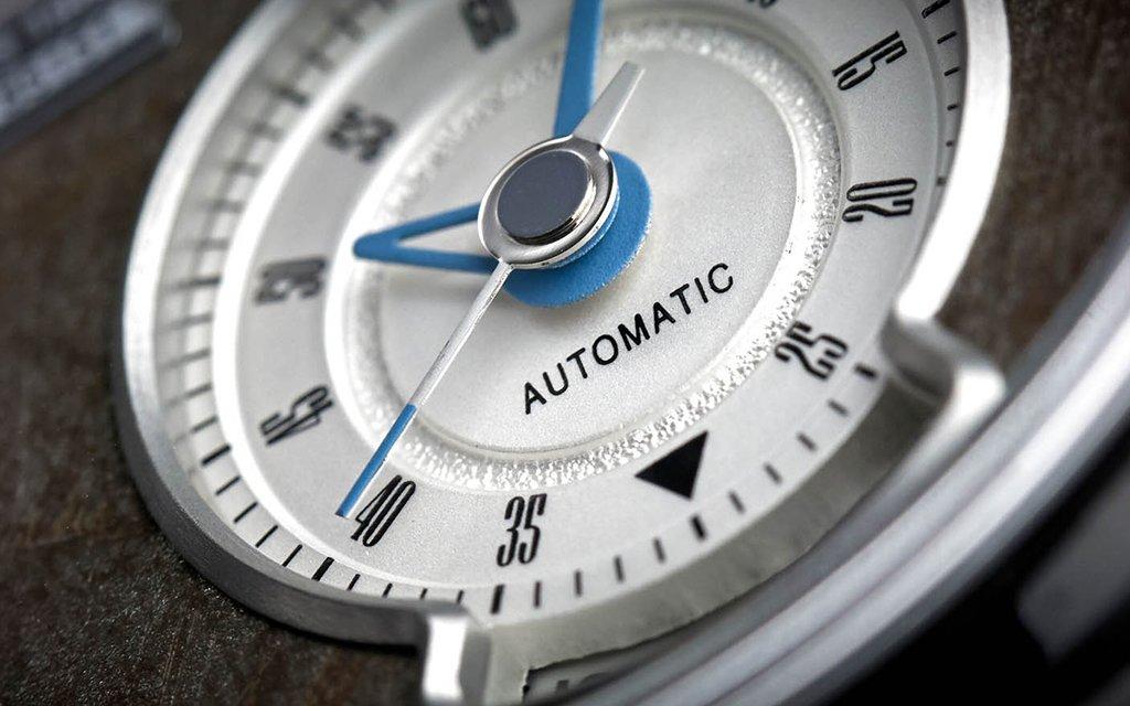 relógio feito com peças de Mustangs