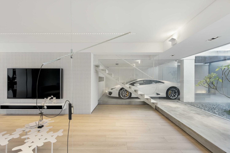 Lamborghini estaciona-se na sala