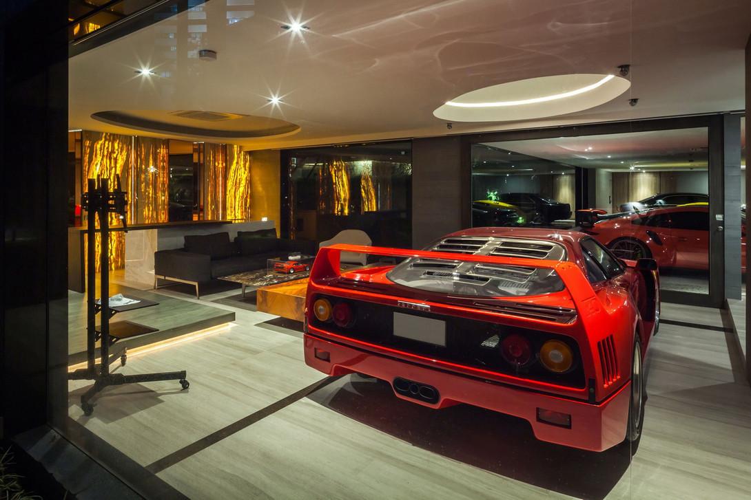 Ferrari estaciona-se na sala