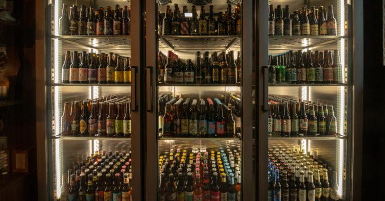 O novo bar de Lisboa tem um balcão gigante