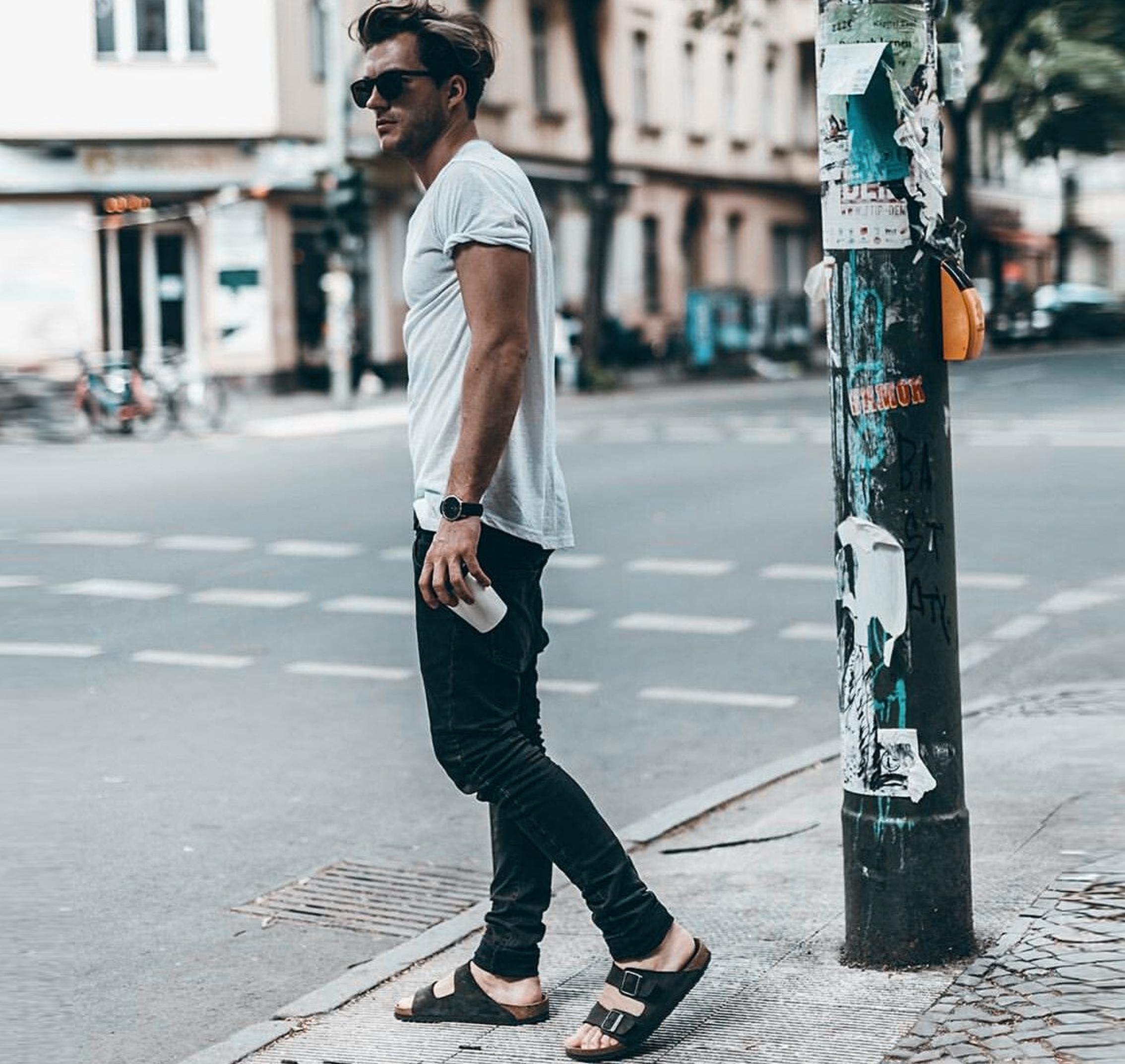 Homens e sandálias
