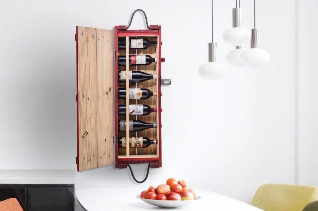 Prateleira de vinho feita de uma caixa de munição do Exército dos EUA