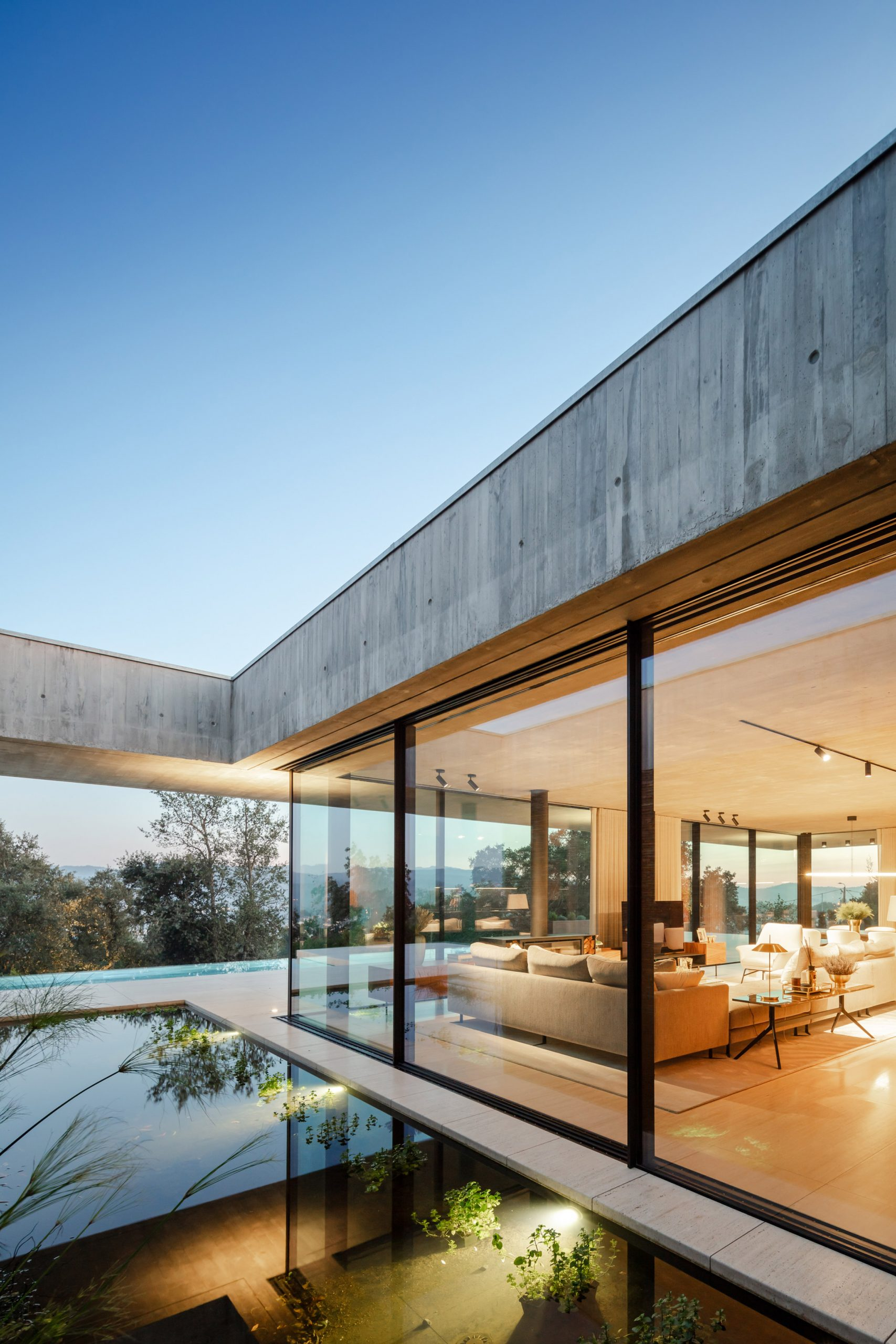 O exterior da Cork Trees House tem piscinas que dividem as zonas da habitação