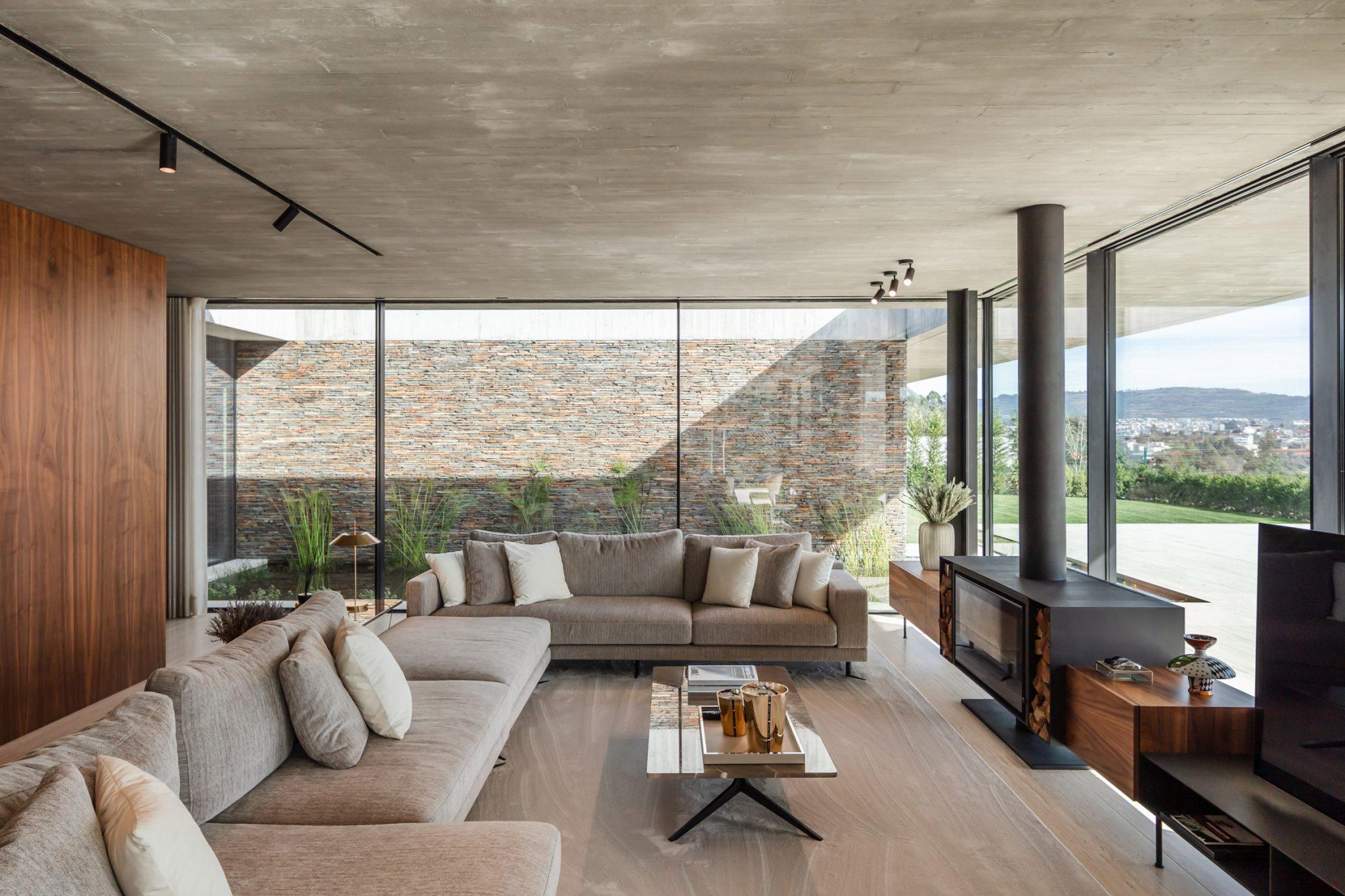 O interior da Cork Trees House tem um design sóbrio e clássico