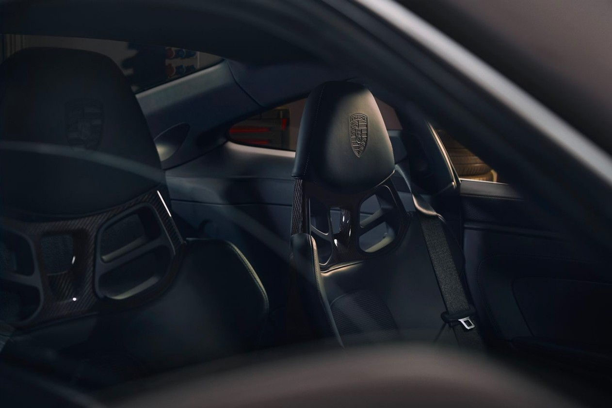 O emblema dos bancos é diferente no Porsche 911 GT3 Touring