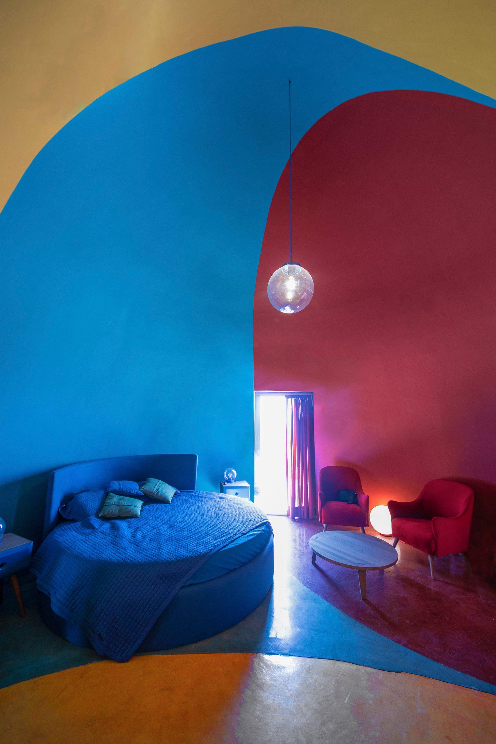 O interior de uma das cúpulas coloridas