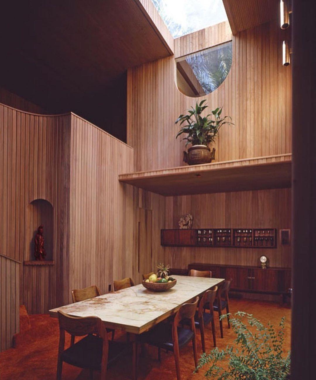 O interior da casa Woodsong também aposta fortemente no mogno.
