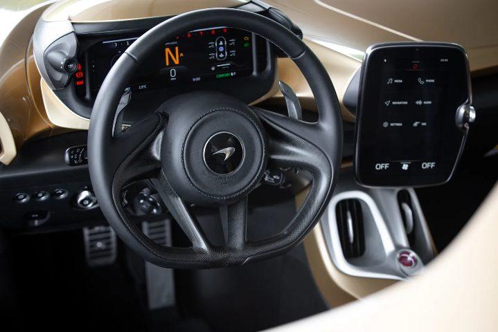 Interior do McLaren Elva