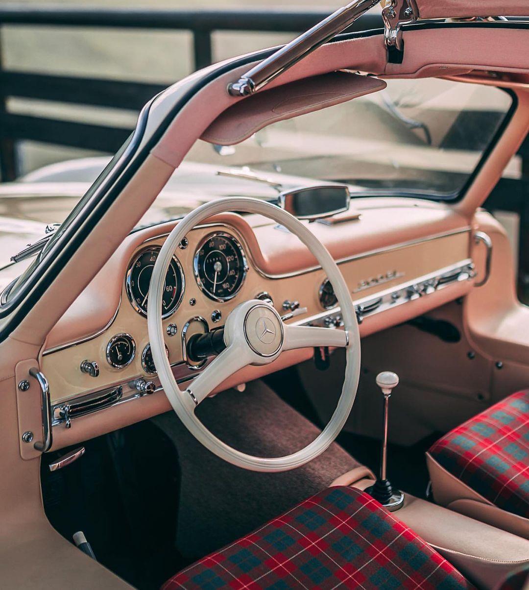 O interior do SL 300 Gullwing
